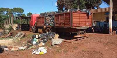 Montaña de basura en el mismo predio de Municipalidad de Presidente Franco