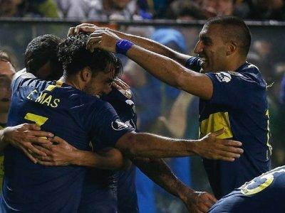 Boca vence al Paranaense y se clasifica primero gracias a Tevez