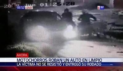 Motoasaltantes roban vehículo en movimiento