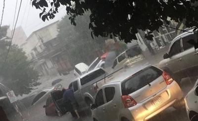 HOY / VIDEO  Asunción bajo agua: autos arrastrados, calles y viviendas inundadas