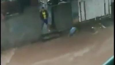 """Captan momento en que a ciudadano arroja basuras al """"raudal"""""""