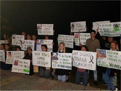 Familiares de marinero paraguayo esperan a tripulación con manifestación