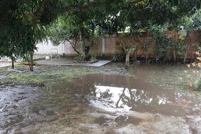Se cayó muro de Conti Paraguay y aguas negras inundaron barrio