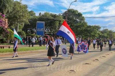 Estudiantes rinden honores a la patria y la madre en Neuland