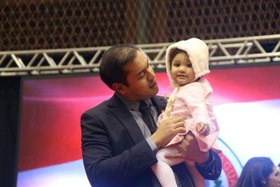 Con su hija en brazos, Miguel Prieto asumió en el Este
