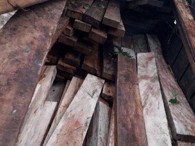 Cae camión con presunta madera ilegal en Itapé