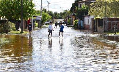 Lento retroceso de aguas en barrios