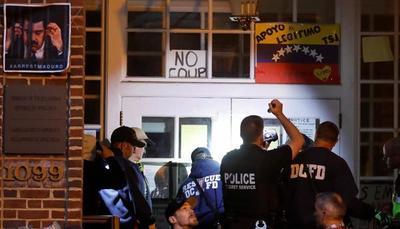 Policía de EE.UU. intenta desalojar embajada de Venezuela ocupada por chavistas