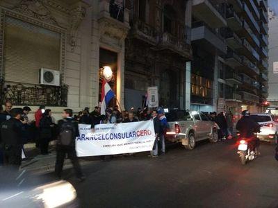 Paraguayos reclaman cobro indebido de trámites migratorios en Buenos Aires