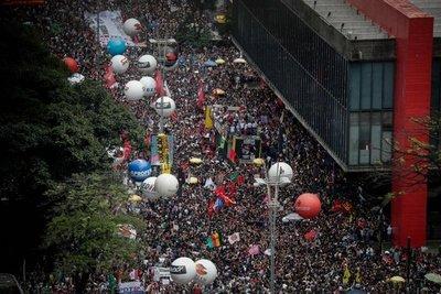"""Bolsonaro tilda de """"idiotas útiles"""" a multitudes que marcharon por educación"""
