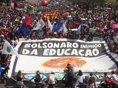Comunidad educativa contra Bolsonaro, quien los acusa de ser idiotas útiles