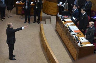 Arnaldo Franco jura como senador, en reemplazo del expulsado Víctor Bogado