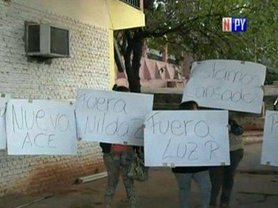 Padres denuncian irregularidades y toman escuela de Villa Elisa