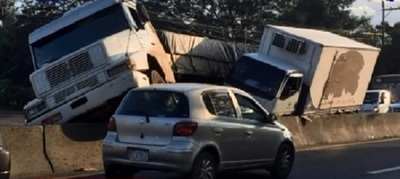 Ruta 2 colapsa a causa de accidente de camiones