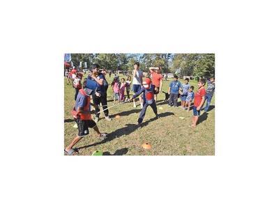 Atletas pusieron a correr y a jugar a  niños de familias  damnificadas