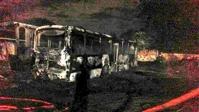 Fuego consume dos buses en San Lorenzo