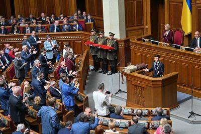 El presidente de Ucrania jura su cargo y anuncia disolución del Parlamento