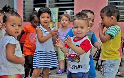 Ministra propone modificar ley de adopción infantil