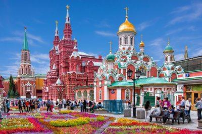Ciudad sumergida en cultura y vivos colores