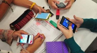 HOY / Con dictamen en contra, estudian regular celulares en colegios