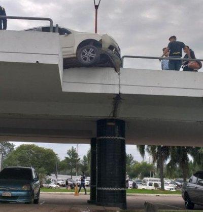 Vehículo casi cae desde rampa del aeropuerto Silvio Pettirossi