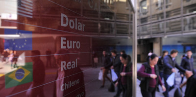 Argentina: El dólar abrió en alza y baja el riesgo país
