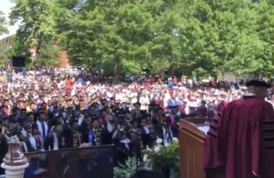 Millonario le pagará los estudios a toda una generación de universitarios
