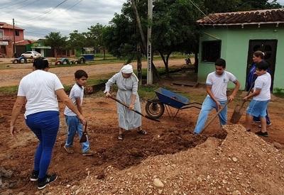 Esfuerzo de escolares obligó a la institución municipal a reparar calle de una escuela