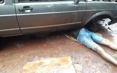 Hombre muere al ser aplastado por auto que reparaba