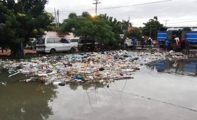 HOY / Inundados de agua y basura: el dilema de los pobladores del Bañado Tacumbú