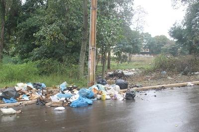 Basura inunda calles de Presidente Franco ante lío por la recolección