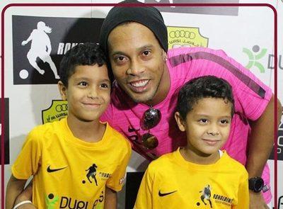 Ronaldinho trae al país su magia para jóvenes