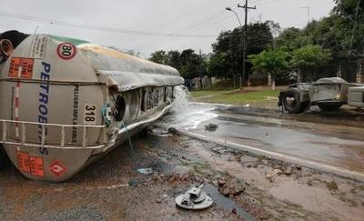 Camión vuelca y preocupa fuga de combustible