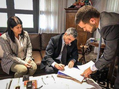 Mario Abdo Benítez promulga ley de desbloqueo de listas sábana