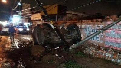 HOY / Vehículo derribó dos columnas y volcó, pero conductor salió ileso
