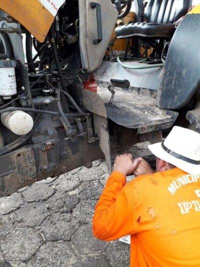 Dañaron tractor que movilizaba motobomba de desagüe en Pilar