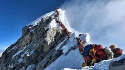 Récord histórico de subida al Everest
