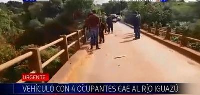 Auto cae a río con varios ocupantes en su interior