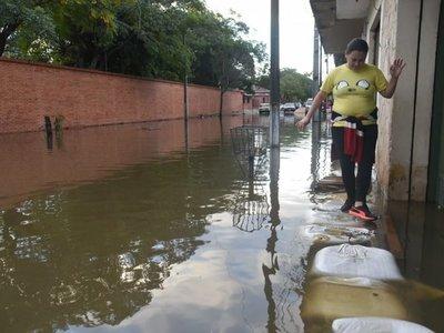 Vecinos denuncian que club habría intentado cerrar calle para evitar inundación