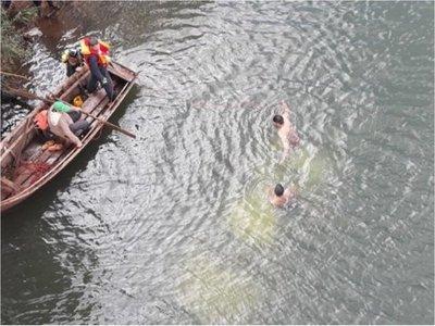 Cayeron al río al chocar  con auto en un puente