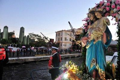 Devoción por María, en el río