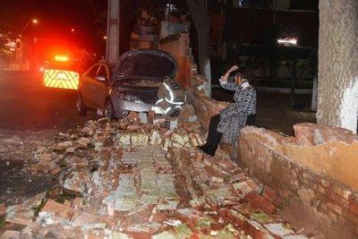 Automovilista se llevó por delante muralla de comisaría
