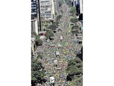 Adherentes de Bolsonaro salen a las calles en masa  a apoyar al Gobierno