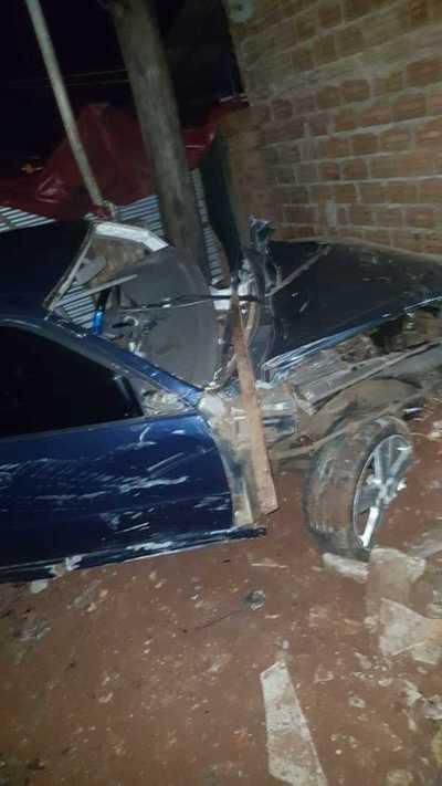 Automovilista muere tras chocar columna de la ANDE y estrellarse contra muralla