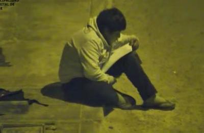 Millonario le cambia la vida al niño que hacía los deberes bajo un faro en la calle