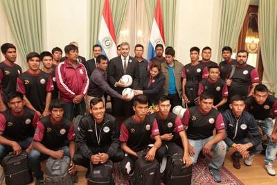 Presidente recibe a equipo nativo chaqueño que participará de la Copa Paraguay