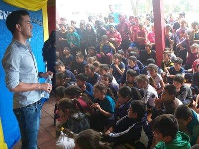 Misiones: Néstor Camacho compartió con niños de la Escuela Pedro P. Peña