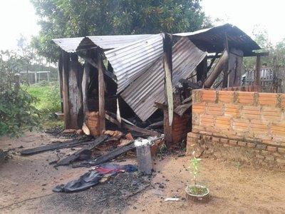 Atacan a un hombre y queman su casa