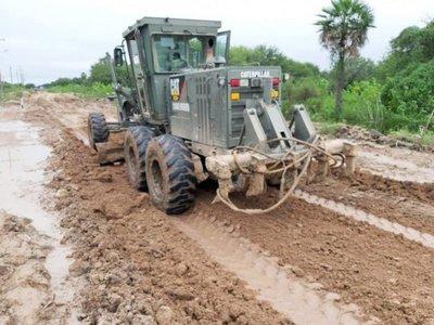 Militares y Gobernación se suman para reparar caminos en Alto Chaco