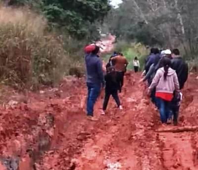 Barreteños claman por reparación de camino
